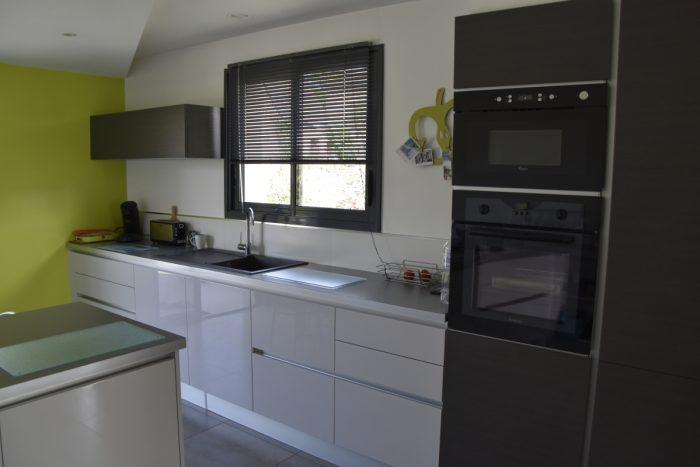 réalisation d'une cuisine indépendante avec ilot de cuisson.